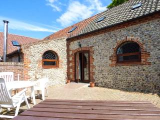 BEECH BARN, pet-friendly barn conversion near Cromer, patio, two bathrooms Ref 905403