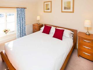 JUBILEE, en-suite, open fire, heated pool and fishing, pet-friendly cottage in