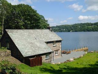 HAMMERHOLE, trout fishing, shared swimming pool, Lake Windermere views, Graythwa
