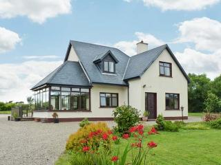 BRIDGE HOUSE, spacious detached cottage, large gardens, in Bannow near Carrick, Ref 915261