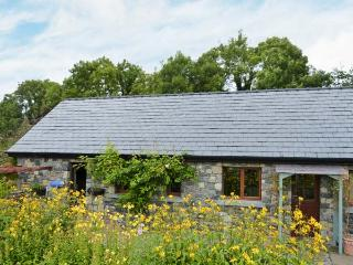 LARKSIDE COTTAGE, cosy cottage in country location, patio and shared gardens, cl