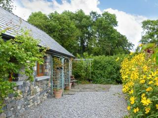 LARKSIDE COTTAGE, cosy cottage in country location, patio and shared gardens