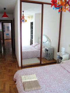 Vista dormitorio con baño