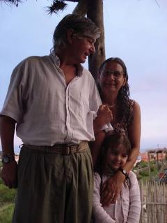 susana y sergio, propietarios, con nieta