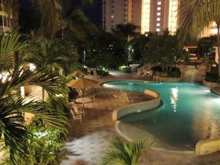 *5 Star Resort Bay-view Condo Steps to the Beach*, Nápoles