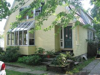 SUNNY, 3 BR 3 BATH HOUSE 9 MINUTE WALK TO HARVARD, Cambridge