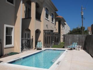 wonderful condo- 3/4 block the beach-sleeps 8-pool, Port Isabel