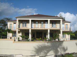 BEAUTIFUL SUITES & ROOMS NEAR BEACH, JAMAICA, Runaway Bay