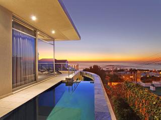 Tasteful Tranquility:Heated pool,walk to beach, Camps Bay