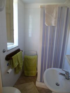 bagno con doccia e accessori