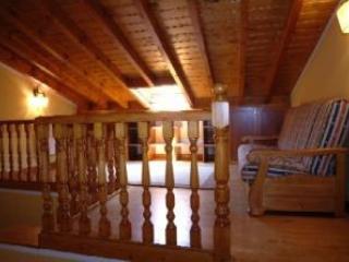 Sala abuhardillada con sofá cama