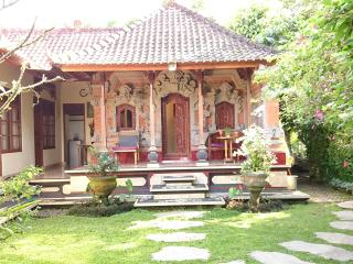 Charming Bali House, Rice Fields, Good Wifi, Walk to Yoga Retreat