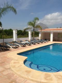 Palm View. Sleeps 18, AC,lockable gated private pool, Great Location ,beach1 km.