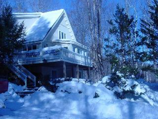 Nice, cozy, secluded home near N. Conway & skiing.