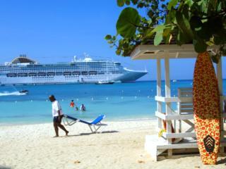 Self catering Ocho Rios bay beach resort condo- Wifi ( sleeps 2-4 )