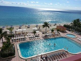 Direct Oceanfront Studio, Modern Design & Balcony, Sunny Isles Beach