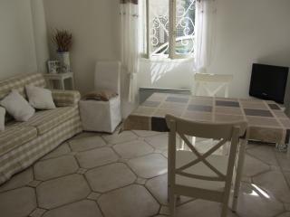 Living room - extensible dining table