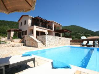 Seafront villa RISING SUN up7pers, private pool, 30m from private sea area