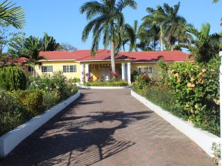 Guest House, Ocho Rios, Private Beach 5 mins away, Mammee Bay