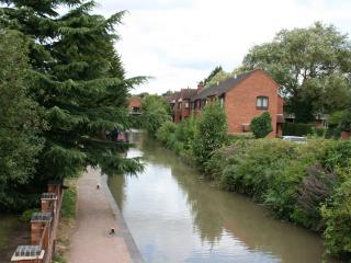 Studio Flat - Sleeps 2 - Canalside  Centre of town - With Parking !