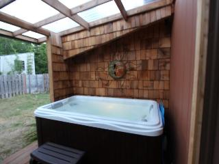 Pet-friendly, mid-century home w/hot tub close to beach!, Yachats