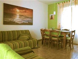 Il soggiorno con comodi divani e un tavolo intorno al quale passare piacevoli momenti