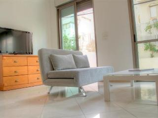1 Min to the beach, parking included!, Tel Aviv