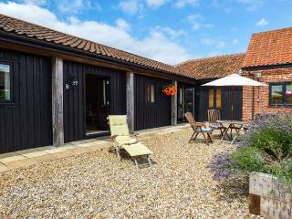 COURTYARD BARN 1, single-storey cottage, pet-friendly, off road parking, WiFi, near Coltishall, Ref 914263