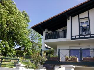 Bel appartement à Bifamiliare maison ; Jardin et terrasse, Hendaye