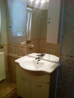 Helles Badezimmer mit grossem Spiegel