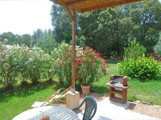 Porto-Vecchio, T2 au calme à 6 km du centre, wifi, climatisation, grand jardin.