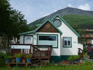 Seward Birdhouse, cute & cozy with mt & bay views