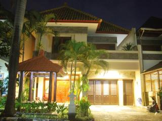 4 Bed 3 Bath KUTA-Villa SANTAI inc breakfast daily, Kuta