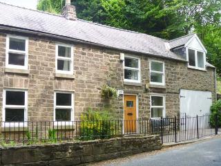 DAISY COTTAGE family-friendly, en-suite bathrooms, enclosed garden in Cromford R
