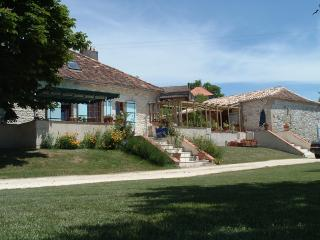 Renovated farmhouse ,large private pool, sleeps 14, Douzains