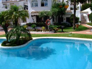 Luxury family friendly ground floor 3 bed, 3 bath villa with pool 10 steps away!, Puerto Banús