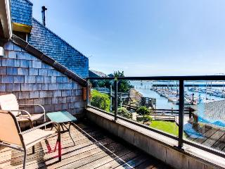 Luxury bayfront condo w/ gorgeous views, shared hot tub & pool - dogs ok!, Newport