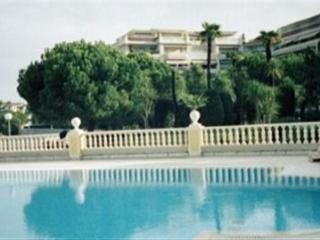 Large studio,swimming pool, wifi ,sea, parking july and august.