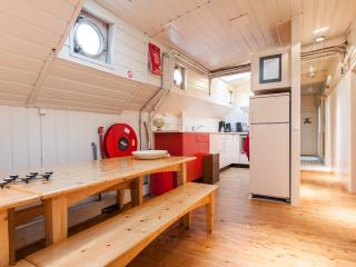 De Cornelia. A large Houseboat for up till 14 persons near the centre of Amsterdam, Ámsterdam