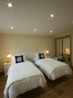 Master en-suite bedroom with zip and link twin/super-king size bed