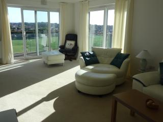 Modern 2 bed apartment, amazing views over looking the park minutes to seafront