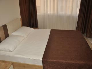 Schlafzimmer mit Doppelbett, Balkon und Klimaanlage
