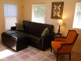 Cottage Charm by The Lake, Beach & Downtown, Hollywood