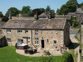 NORTON VIEW FARM, family friendly, luxury holiday cottage, with hot tub in Hetto
