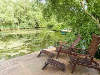 4 ELM DRIVE, lodge with hot tub, by lake, on-site facilities inc. swimming pool, Tattershall Ref 916145