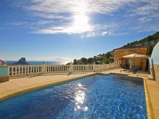 VILLA ROS: modern villa with superb sea views, Calpe