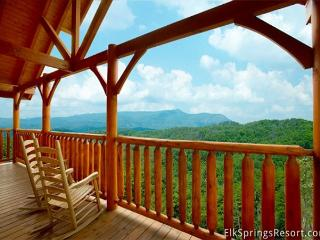 Enjoy Incredible Mountain Views from you spacious 3 bedroom cabin - Sleeps 10