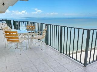 Oceanfront condo w/ private beach, three heated pools & tennis courts, Marco Island