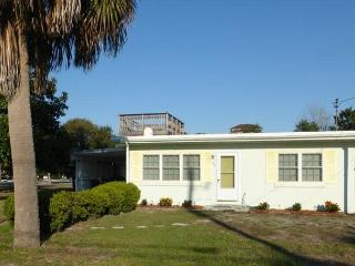 Perfect family getaway. Intimate in size, yet Grand in Heart. Private Beach!!, Destin