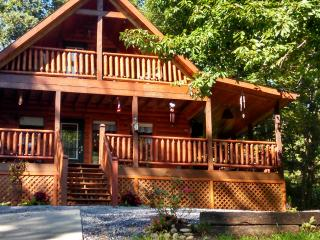 Come stay at our private yet conveniently located cozy cabin., Sevierville